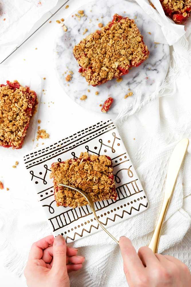 vegan strawberry crumble bars